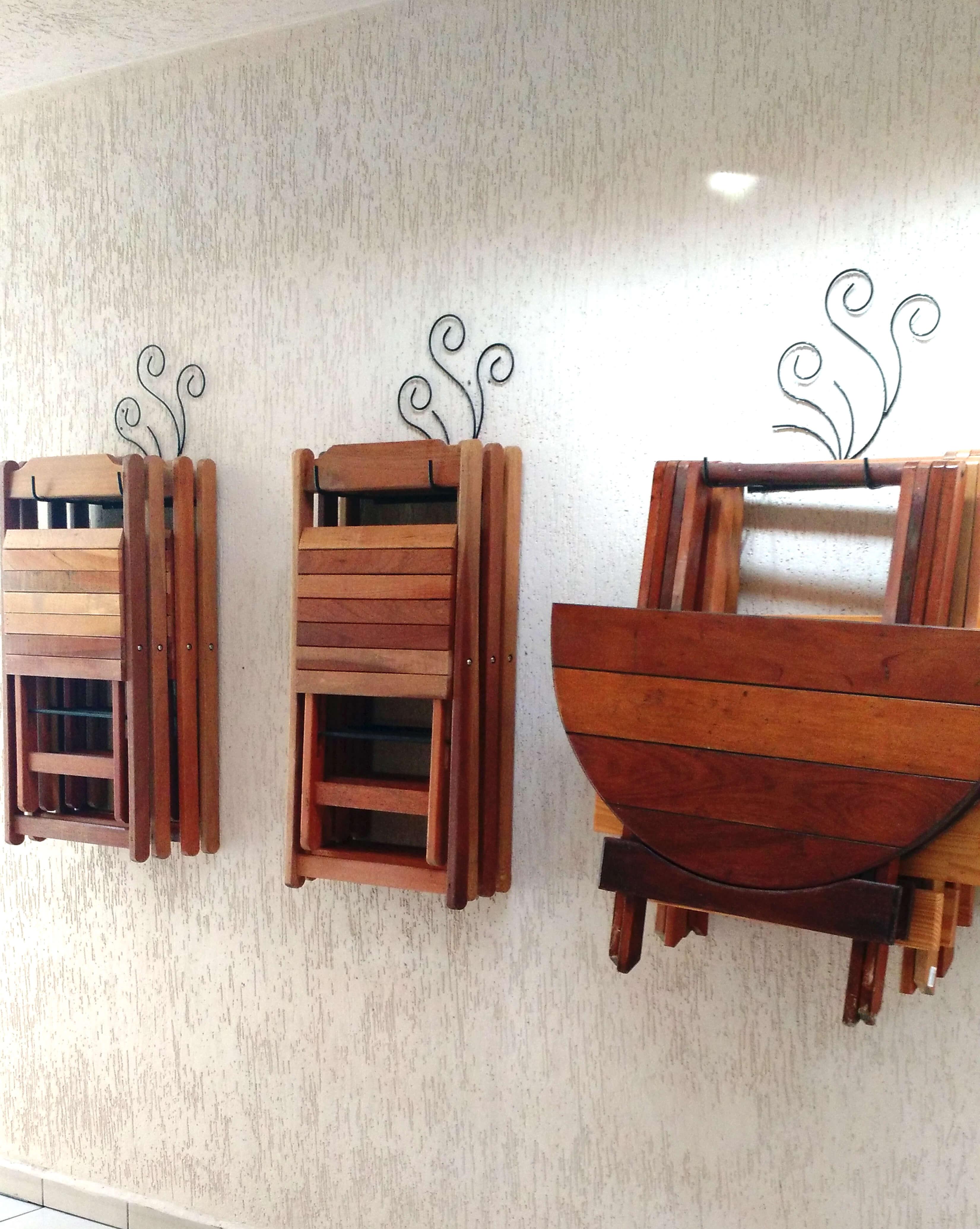 mesas e cadeiras de madeira para seguir um estilo bar vintage. Para  #783725 3302x4139